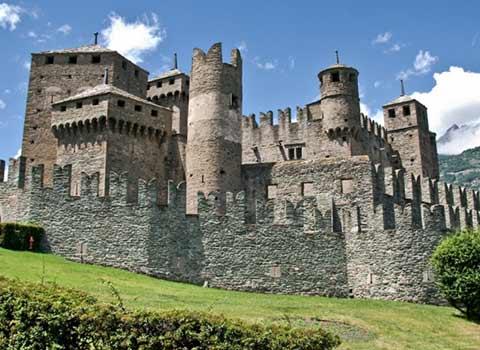 A spasso nel medioevo gita ai castelli courmayeur valle d aosta - Finestre castelli medievali ...